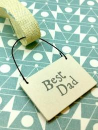 A small, wooden tag which reads 'best dad'. Perfect for tying onto birthday gifts or for fathers day. It also makes an excellent keepsake.